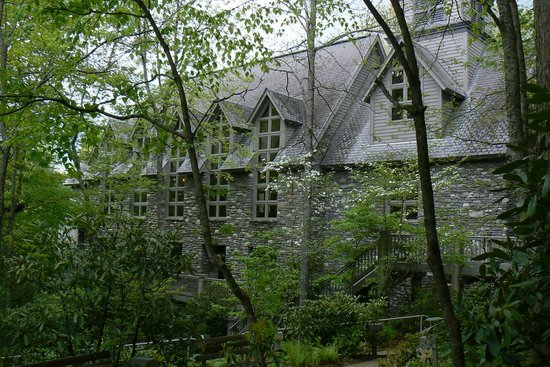 Chatlos Memorial Chapel: Side View of the Chapel. through the Woods