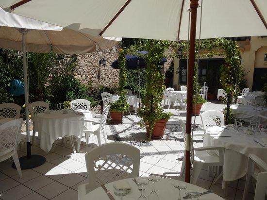 Restaurant L'Ou d'Or: Une terrasse ensoleillée