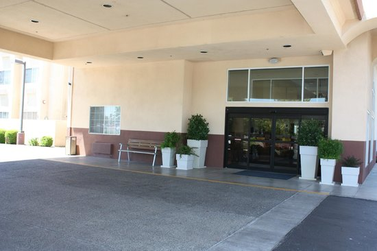 Holiday Inn Express Madera Yosemite Pk Area: Front Entrance of Hotel