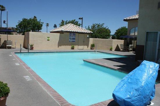 Holiday Inn Express Madera Yosemite Pk Area: L-Shaped Pool
