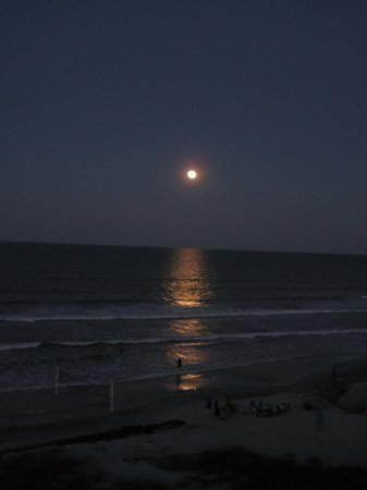 Hampton Inn Jacksonville Beach/Oceanfront: full moon rising