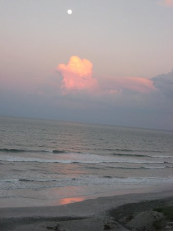 Hampton Inn Jacksonville Beach/Oceanfront: moon over cloud