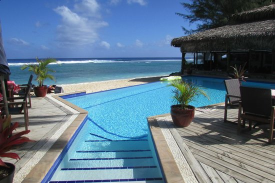 Manuia Beach Resort: Looking out across the pool, past the restaurant and out to the reef