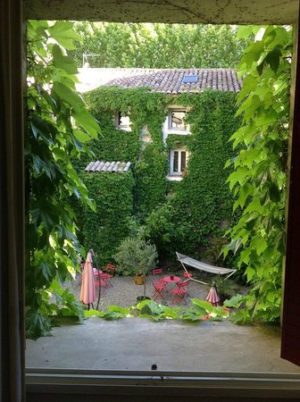 Hotel Cigaloun-Orange: view of the courtyard from our room