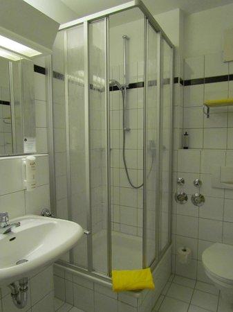 Artis Suite Hotel: ванная