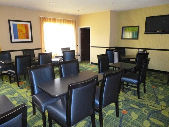 Fairfield Inn & Suites Frankenmuth: Seating area for Breakfast