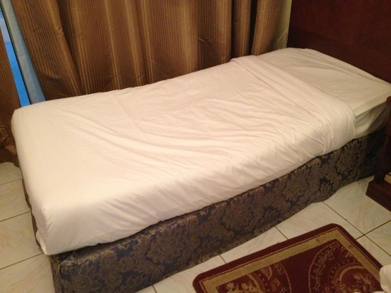 Richmond Hotel Apartments: Bed has serious concave indenture, worn out...bad springs