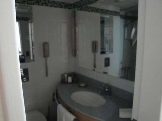 Hilton Düsseldorf: Badezimmer