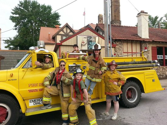 Hook and Ladder Pizza Co.: fun on the firetrucks