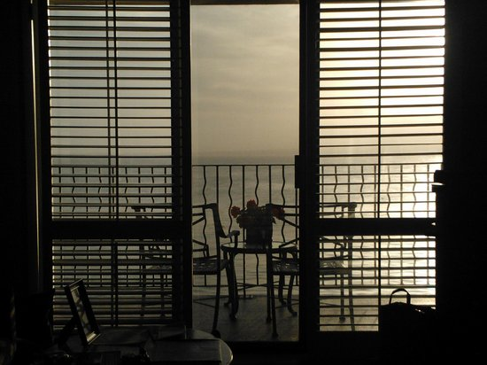 Monterey Bay Inn: Beautiful sunrise from ocean view room #314!