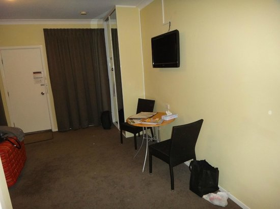 Margaret River Hotel: LCD TV, table and chairs