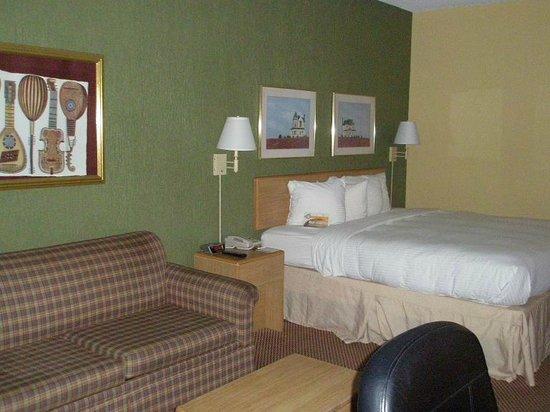 Econo Lodge: Loveseat, bed