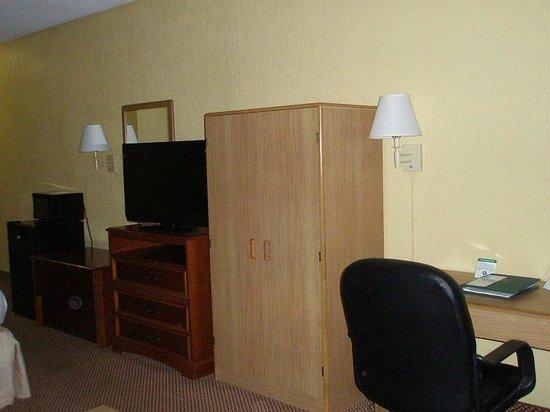 Econo Lodge: Micro, fridge, TV, desk