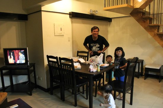 Lancaster Hotel Cebu : The Living and Dining Area
