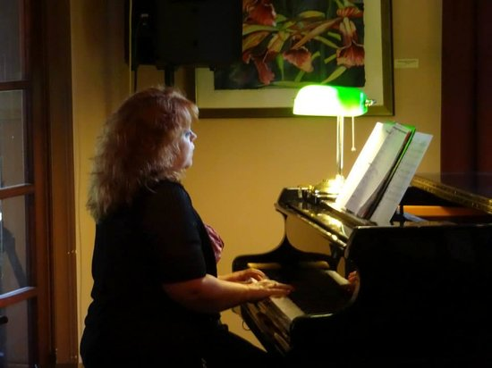 Gateways Inn: Piano Bar