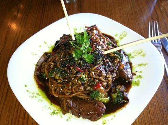 Madison Crossing Lounge : bison stir fry