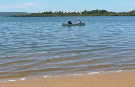 Macleay Island, Austrália: Guests enjoying Yarrandabbi's canoe off our beach