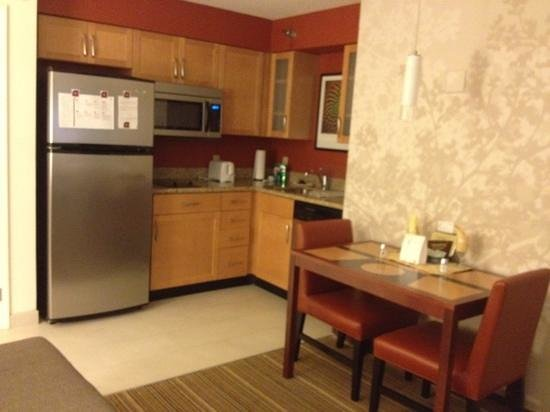 Residence Inn Lansing West: kitchen & dining area