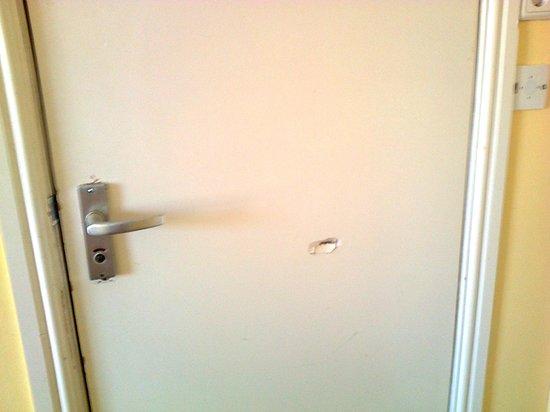 Hotel Y Boulevard: Damaged bathroom door