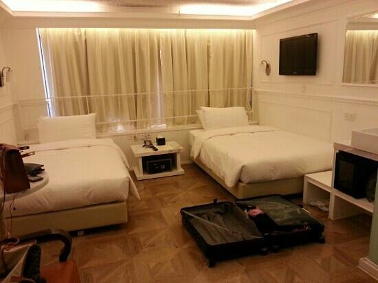 "Mini Hotel Causeway Bay Hong Kong: Roomy for a 31""rimowa"