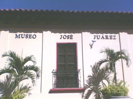Chilpancingo de los Bravo, Mexiko: facha y balcones del museo