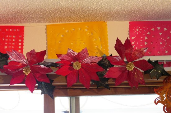 Super 8 Las Vegas, NM: Poinsettias and colored doilies decorate the dining room.