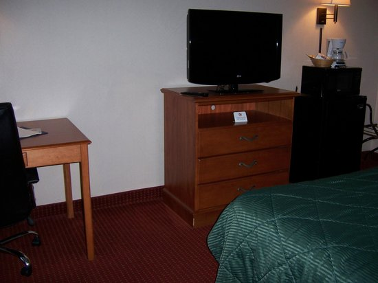 Quality Inn Shepherdstown: Dresser and TV