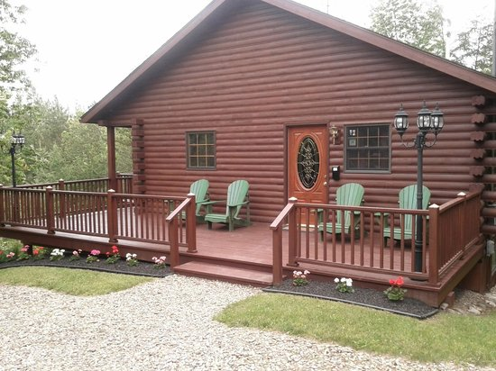 The Lodge B&B: Tidy, rustic two-storey log cabin houses The Lodge.