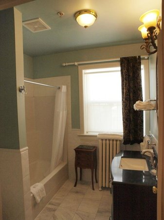 Victorian Hotel: nice bathroom