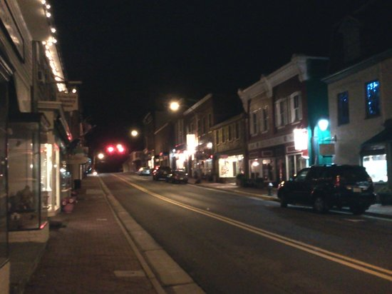 Leesburg Colonial Inn: street at night