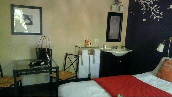 Camas Hotel: Room 20, sink view
