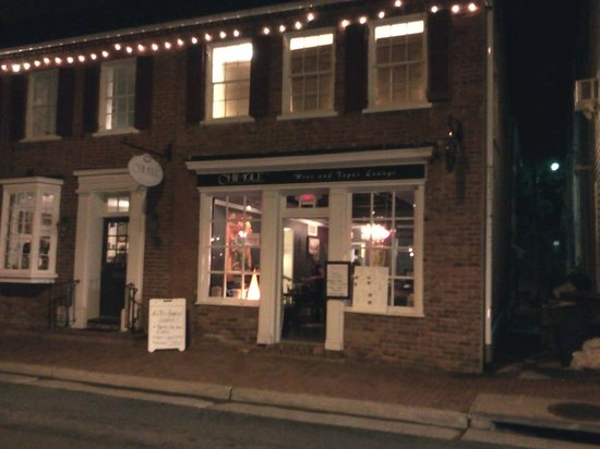 Leesburg Colonial Inn: tapas wine bar across street