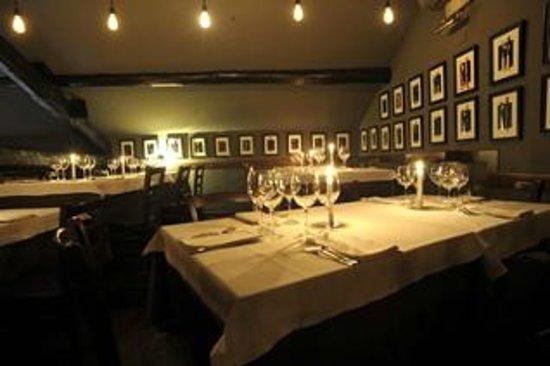 OPPIO Osteria: la fascinosa sala delle forchette, ricordi di viaggio di clienti e dei titolari