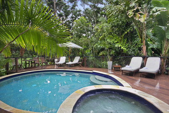Azabu Boutique Accommodation Byron Bay: Pool deck & tropical gardens