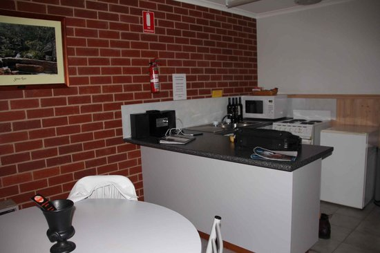 Summerfield Studio Apartments : Kitchen and dining