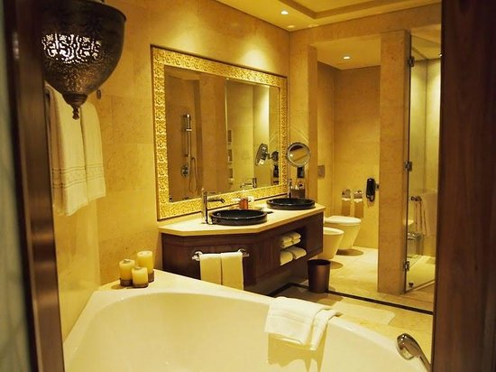 Raffles Dubai: Great bathroom