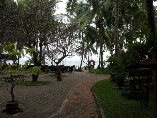 Chaweng Buri Resort: walk to the pool/ beach