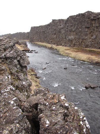 Thingvellir National Park: Schlucht mit dem Fluss Öxara