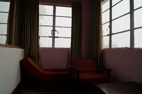 Darjeeling Tourist Lodge: The balcony with comfortable chairs