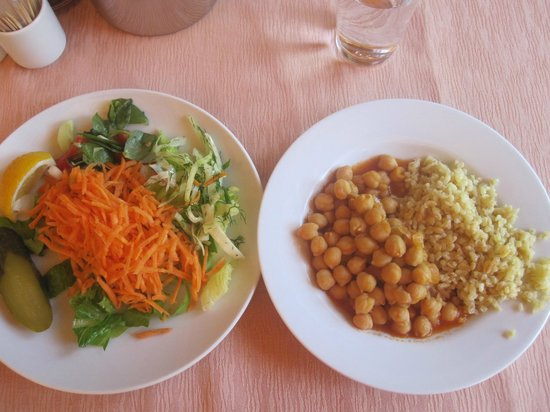 Natur-Med Thermal Springs and Health Resort: Yummy lunch... garbanzo beans never tasted so good!