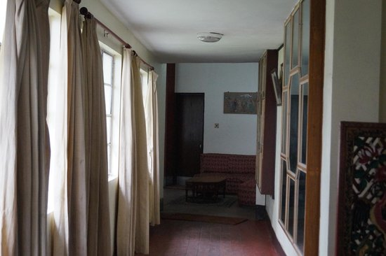 Darjeeling Tourist Lodge: Corridot from the dining room to the reception area