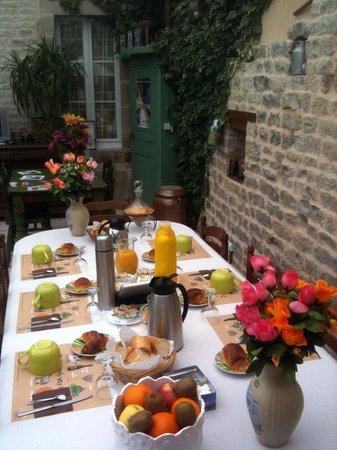 Chambres de Saint Méen : La table des petits déjeuners