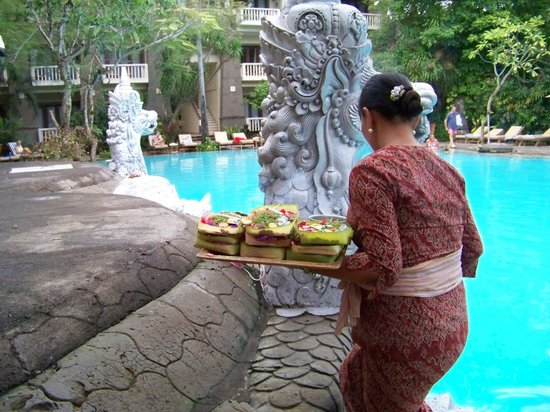 Hotel Kumala Pantai: Placing their beautiful offerings around the grounds