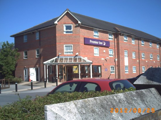 Premier Inn Leeds East Hotel: View of main entrance.