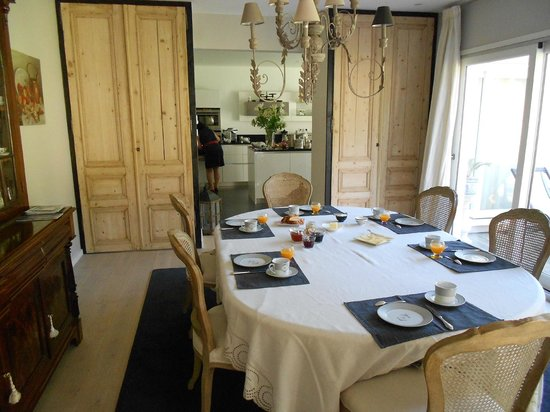 Villa Vent Couvert : Breakfast table and kitchen