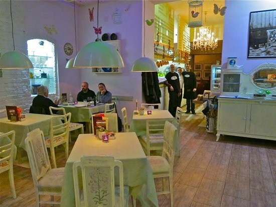 Bistro Fotic : We always prefer the corner table next to the niche with decorative details