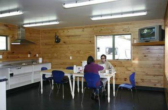 Rotorua Top 10 Holiday Park: Kitchen