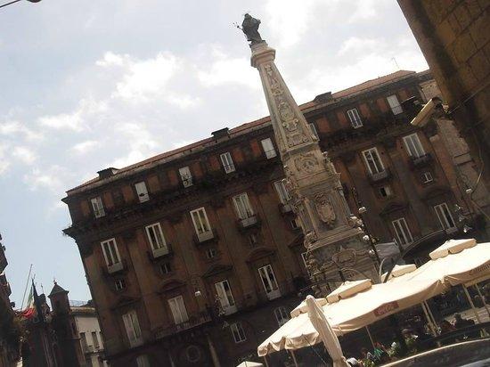Piazza San Domenico Maggiore: Piazza San DOmenico e l'Obelisco