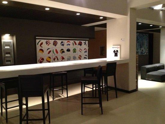 Wall Art Aparthotel Prato: Reception bar