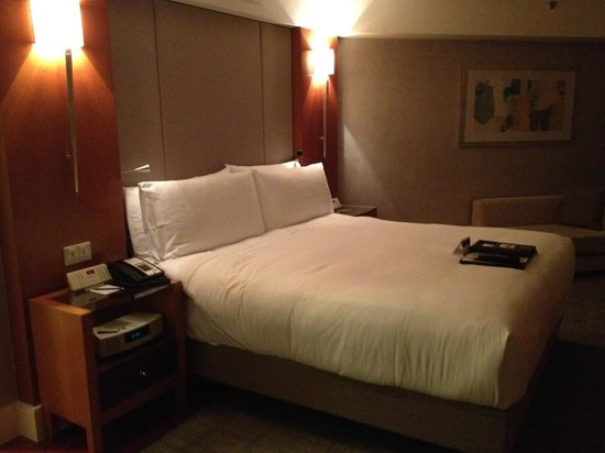 Fairmont Singapore: I could sleep here all day (camera phone resolution)